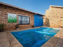 Family home with flatlet. Well priced! Not to be missed